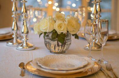 Disposer les couverts de la table avec soin